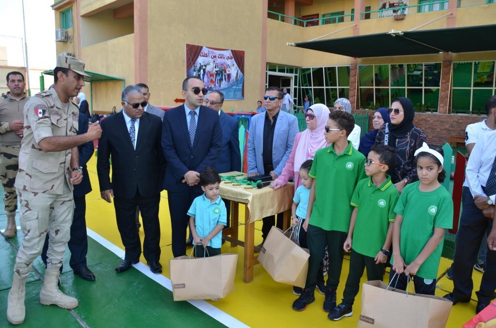 نائب محافظ الإسماعيلية يتفقد المدارس ويوزع الهدايا على الطلاب (10)