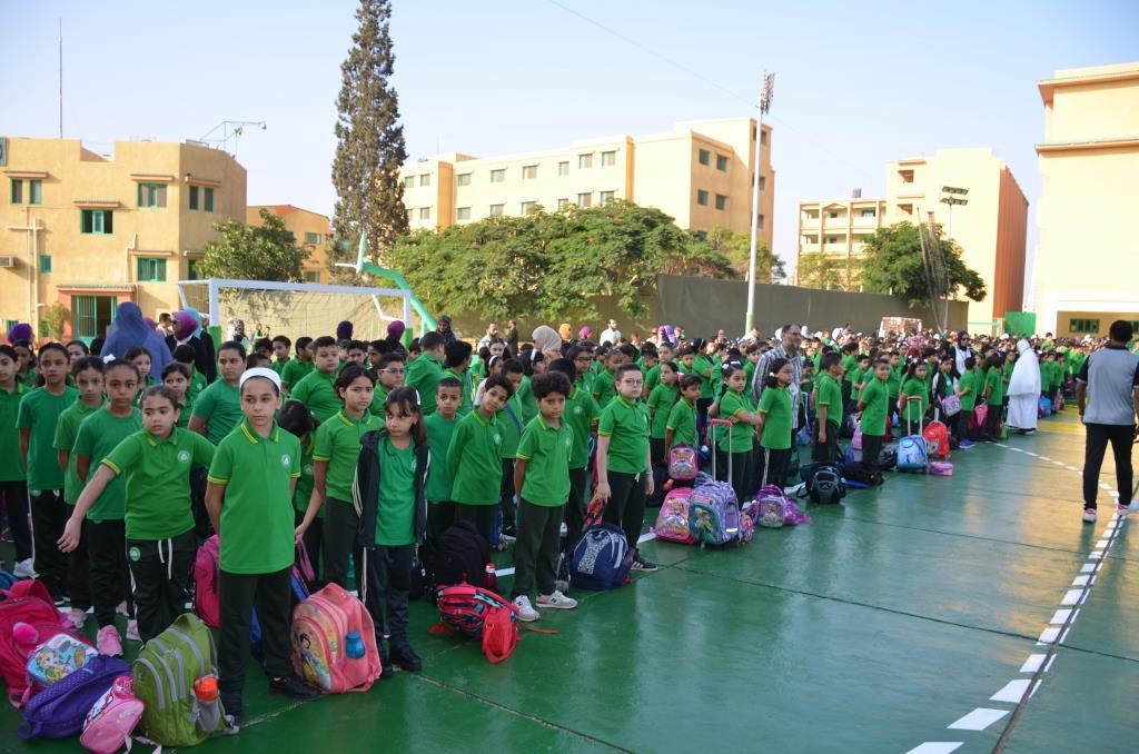 نائب محافظ الإسماعيلية يتفقد المدارس ويوزع الهدايا على الطلاب (2)