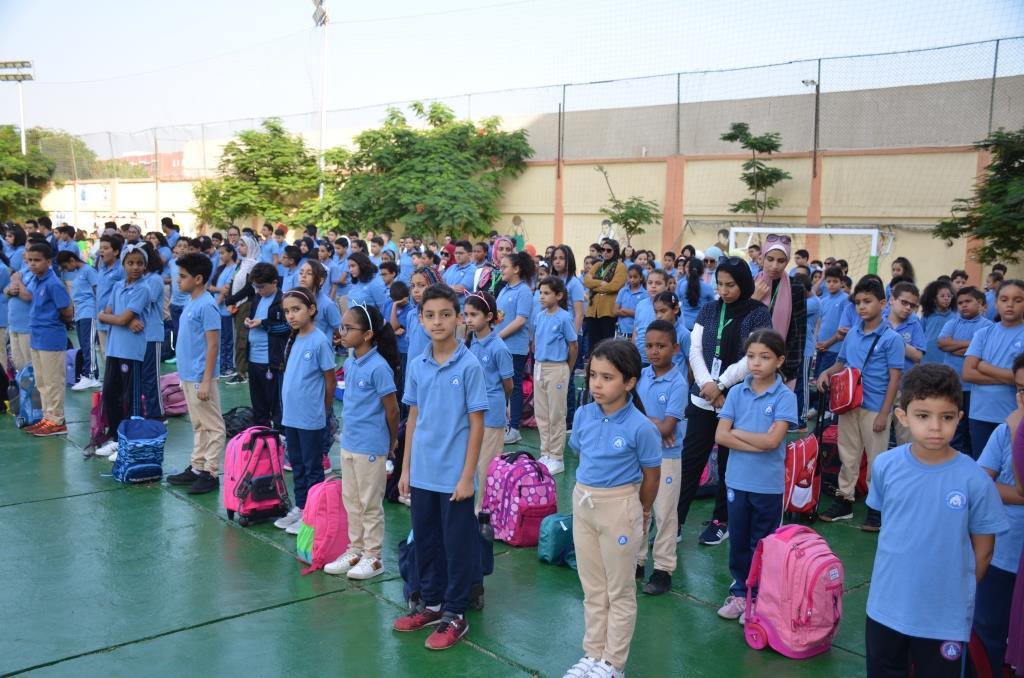 نائب محافظ الإسماعيلية يتفقد المدارس ويوزع الهدايا على الطلاب (4)