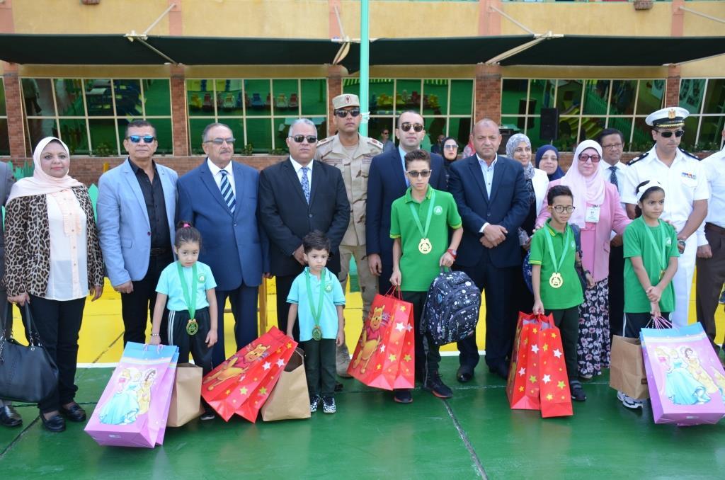 نائب محافظ الإسماعيلية يتفقد المدارس ويوزع الهدايا على الطلاب (14)