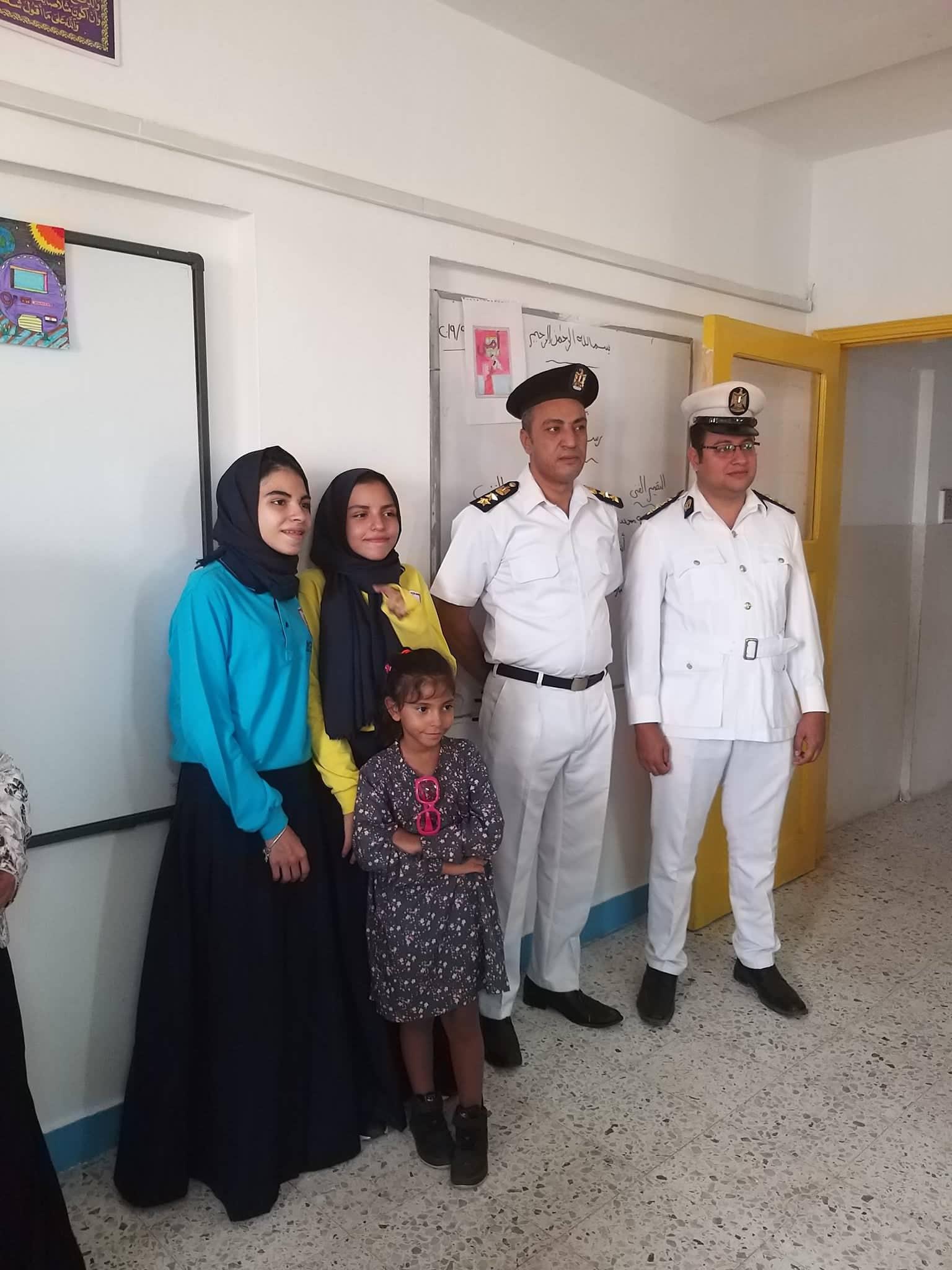 ضباط فى مدرسة بنات الشهيد هشام عزب  (8)