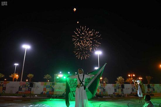 مواطن-سعودى-يحمل-علم-المملكة