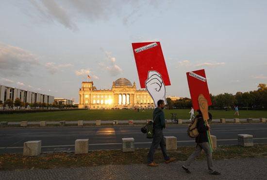 كارت-أحمر-يحملة-ناشطان-احتجاجا-على-الإجراءات-الحكومية-المتعلقة-بالبيئة