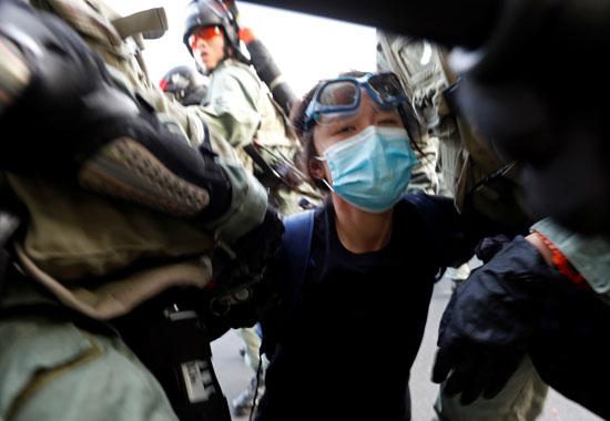 الأمن-فى-هونج-كونج-يعتقلون-ناشطة