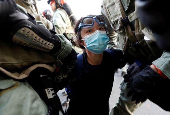 لحظة-اعتقال-إحدى-الناشطات