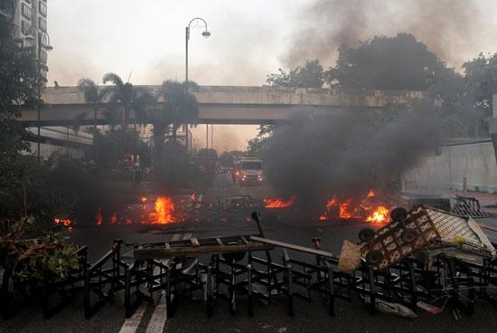 النشطاء-يحرقون-هونج-كونج