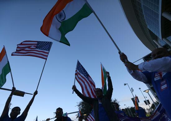 الاحتفالات بالعلم الأمريكى والهندى