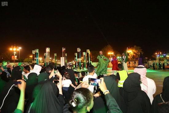 سعوديون-وسعوديات-يستمتعون-بالعروض-الترفيهية