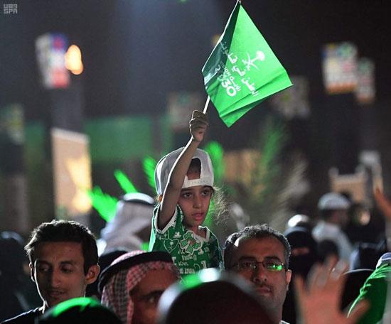 طفلة-سعودية-ترفع-علم-السعودية