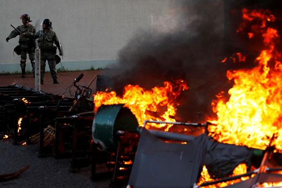 النشطاء-يحرقون-المتاريس