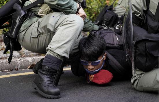 الشرطة-تسيطر-على-أحد-المتظاهرين-وتعتقله