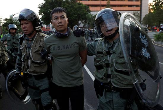 قوات-الأمن-فى-هونج-كونج-تعتقل-ناشطا