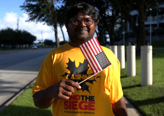 رجل هندى يحمل العلم الامريكى