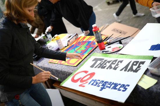 نشطاء-ألمان-يعدون-اللافتات-للتظاهر