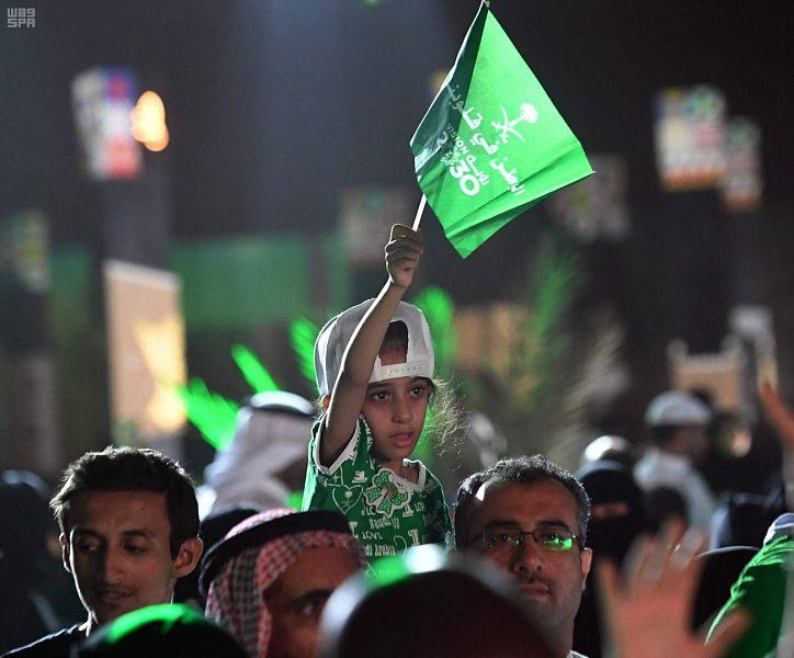 طفلة سعودية ترفع علم السعودية
