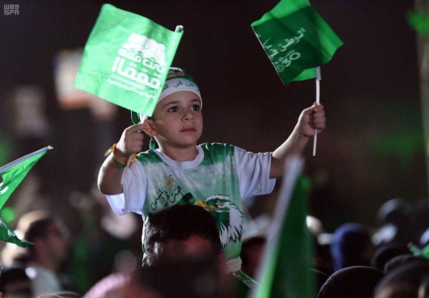 طفل سعودى يرفع علم المملكة