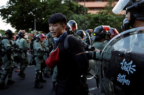 الشرطة-فى-هونج-كونج-تشن-حملة-اعتقالات