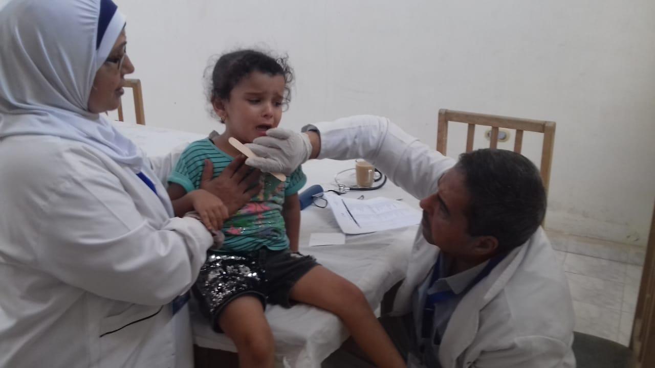 الكشف على الأطفال بقافلة طبية بالجعافرة 2