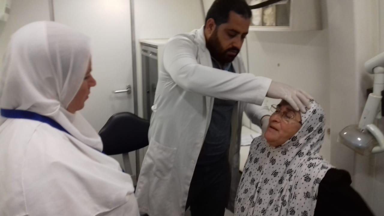 الكشف على المرضي بقافلة طبية بالجعافرة