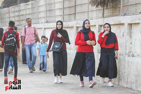الطالبات-في-طريقهم--للمدرسة