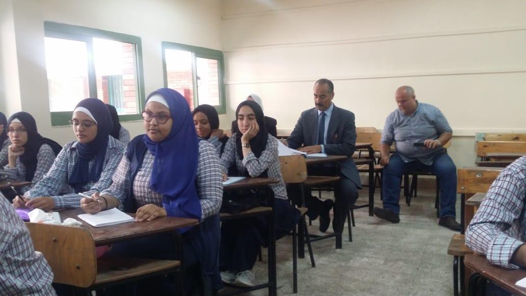 حضور مرتفع لطالبات الثانوية العامة فى أول يوم دراسى بمدارس الجيزة