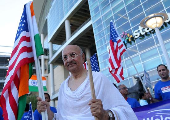 رجل يحمل العلم الهندى والأمريكى