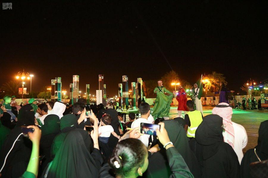 سعوديون وسعوديات يستمتعون بالعروض الترفيهية