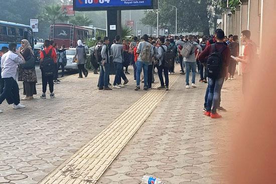 الطلاب-أمام-المدرسة