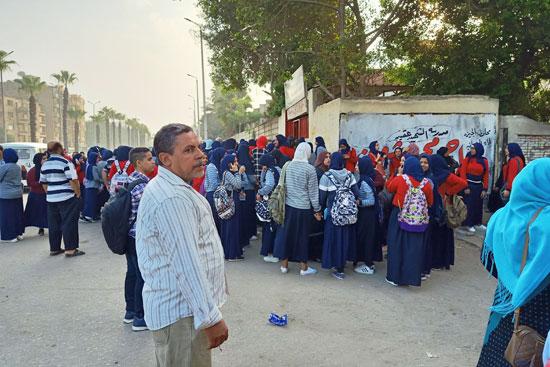 الطالبات-امام-المدرسة