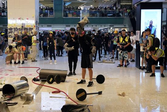 المتظاهرون-داخل-أحد-المولات-يحاولون-مقاومة-رجال-الأمن
