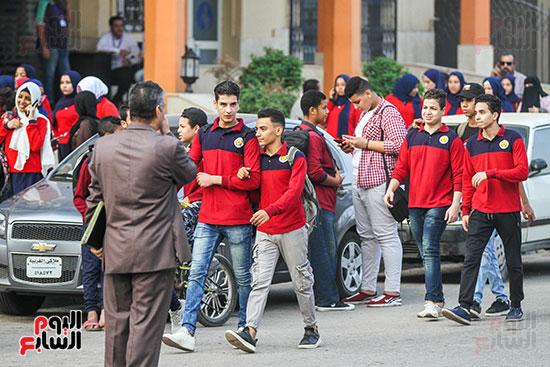 الطلاب-أمام-المدارس-(2)