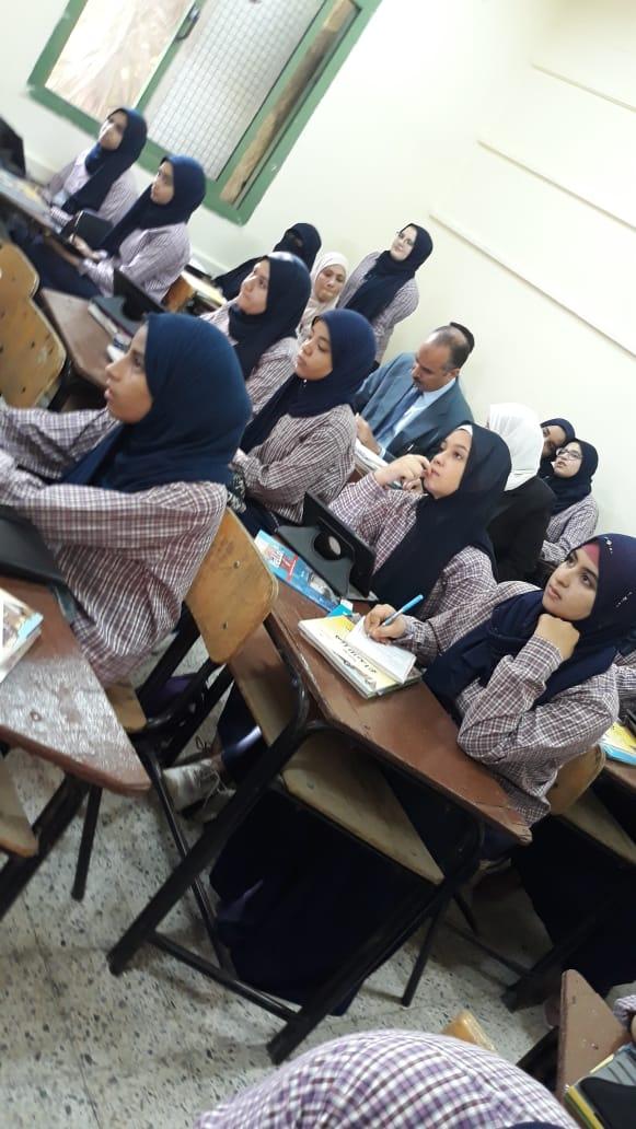 حضور طالبات الصف الثانى الثانوى بالتابلت فى أول يوم دراسى