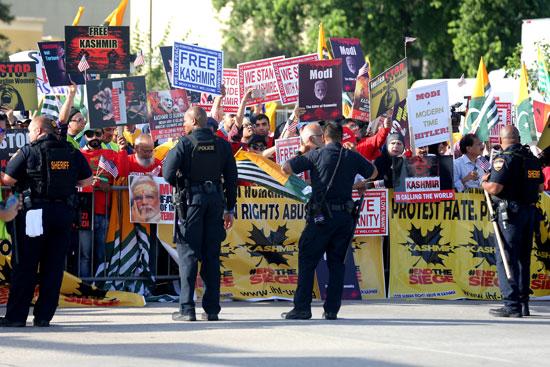 متظاهرين يحتشدون ضد مودى