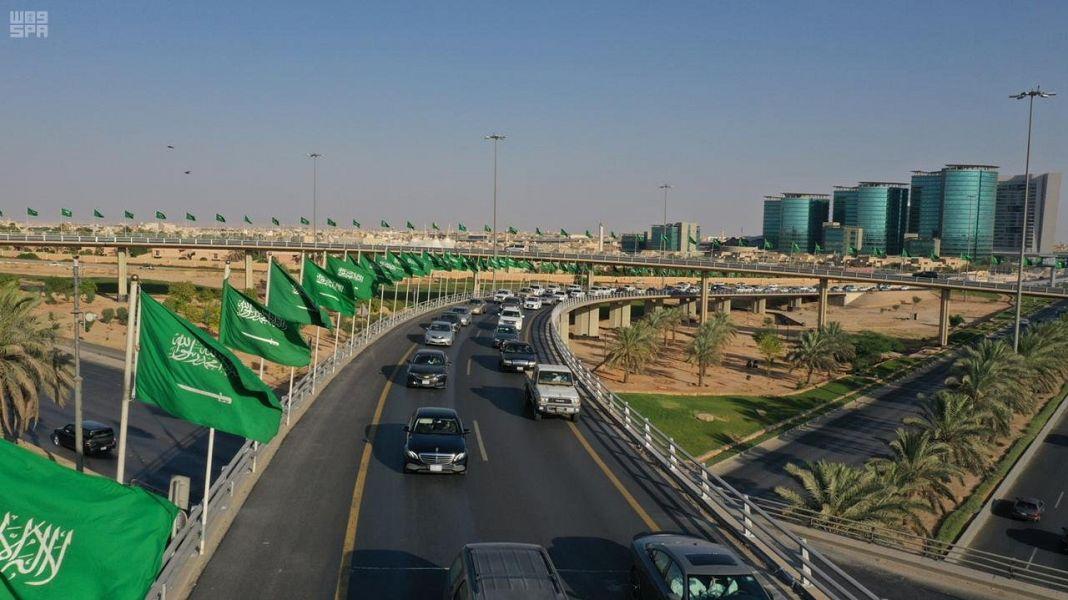 الأعلام السعودية تزين شوارع المملكة