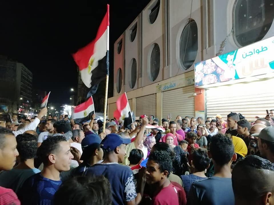 المتظاهرين يحملون أعلام مصر