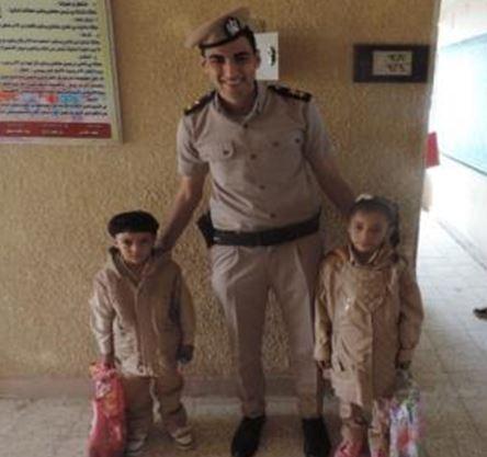 ضابط يتوسط أبناء الشهداء