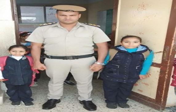 أبناء الشهداء مع ضابط شرطة