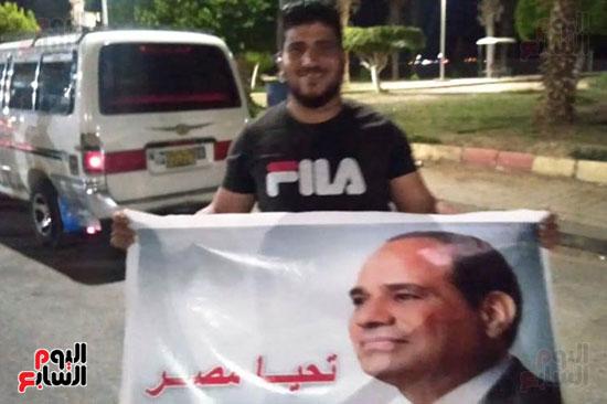 أحد-المتظاهرين-يحمل-صورة-الرئيس