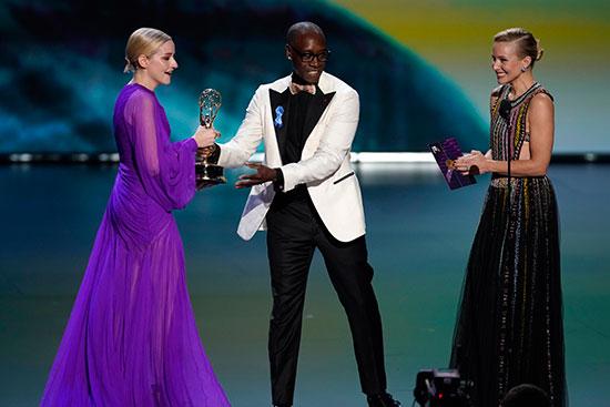 تسليم الجائزة للنجمة جوليا جارنر