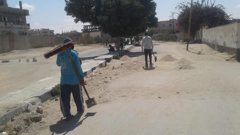 عمال يشاركون فى نظاقة الشارع