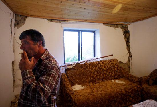 منزل تصدع جراء الزلزال