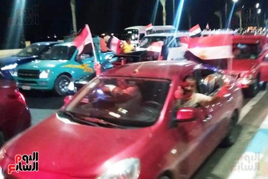 المتظاهرين-يحملون-علم-مصر