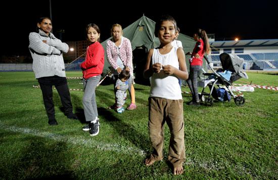 أطفال يعيشون فى مخيم ايواء