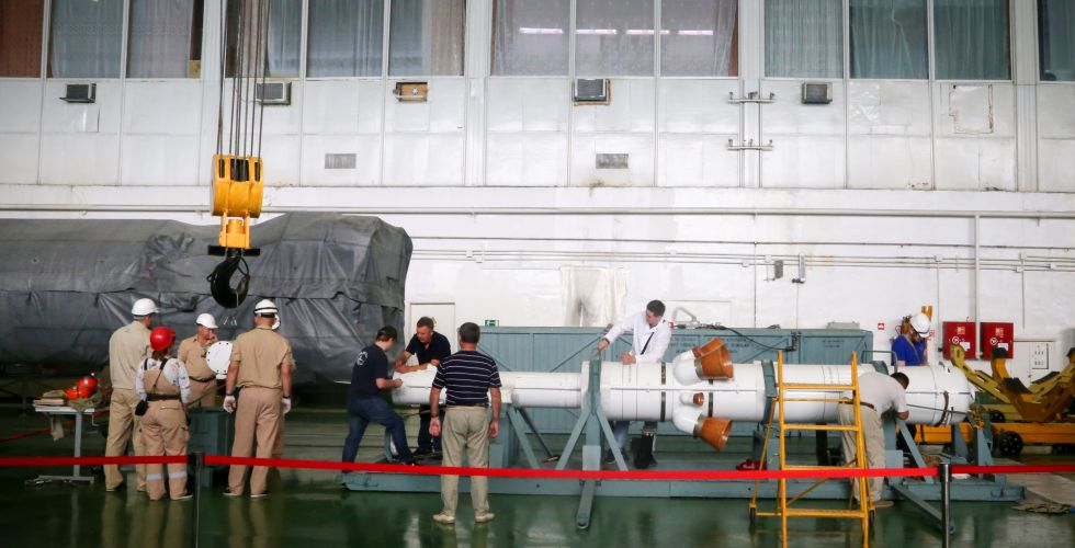 المهندسون يعملون على تركيب مركبة الفضاء فى الصاروخ