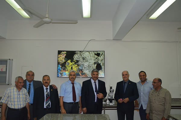 رئيس جامعة الفيوم يتفقد معامل كلية العلوم (2)