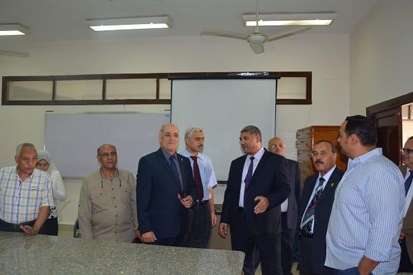 رئيس جامعة الفيوم يتفقد معامل كلية العلوم (1)