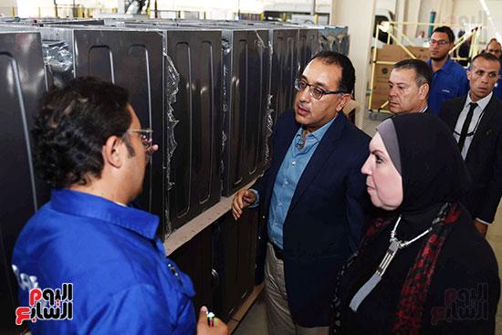 رئيس الوزراء خلال زيارته لبنى سويف وزيارة مجمع مصانع العربى (8)