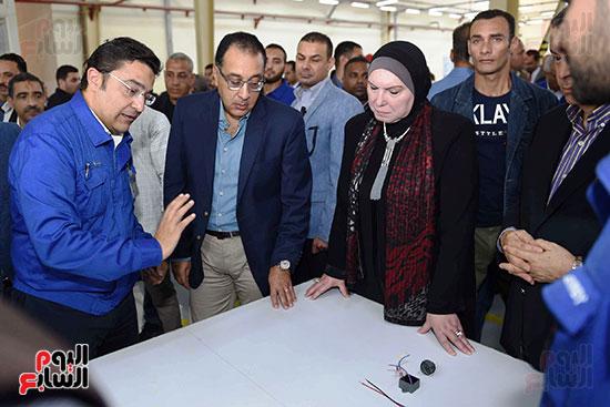 رئيس الوزراء خلال زيارته لبنى سويف وزيارة مجمع مصانع العربى (7)