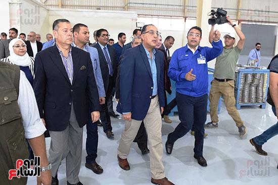 رئيس الوزراء خلال زيارته لبنى سويف وزيارة مجمع مصانع العربى (1)
