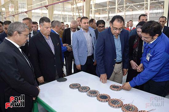 رئيس الوزراء خلال زيارته لبنى سويف وزيارة مجمع مصانع العربى (2)